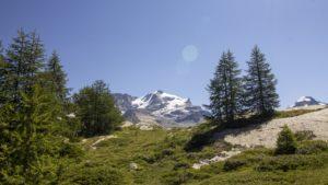 Uitzicht op een besneeuwde bergtop Aosta vallei Gran Paradiso NP