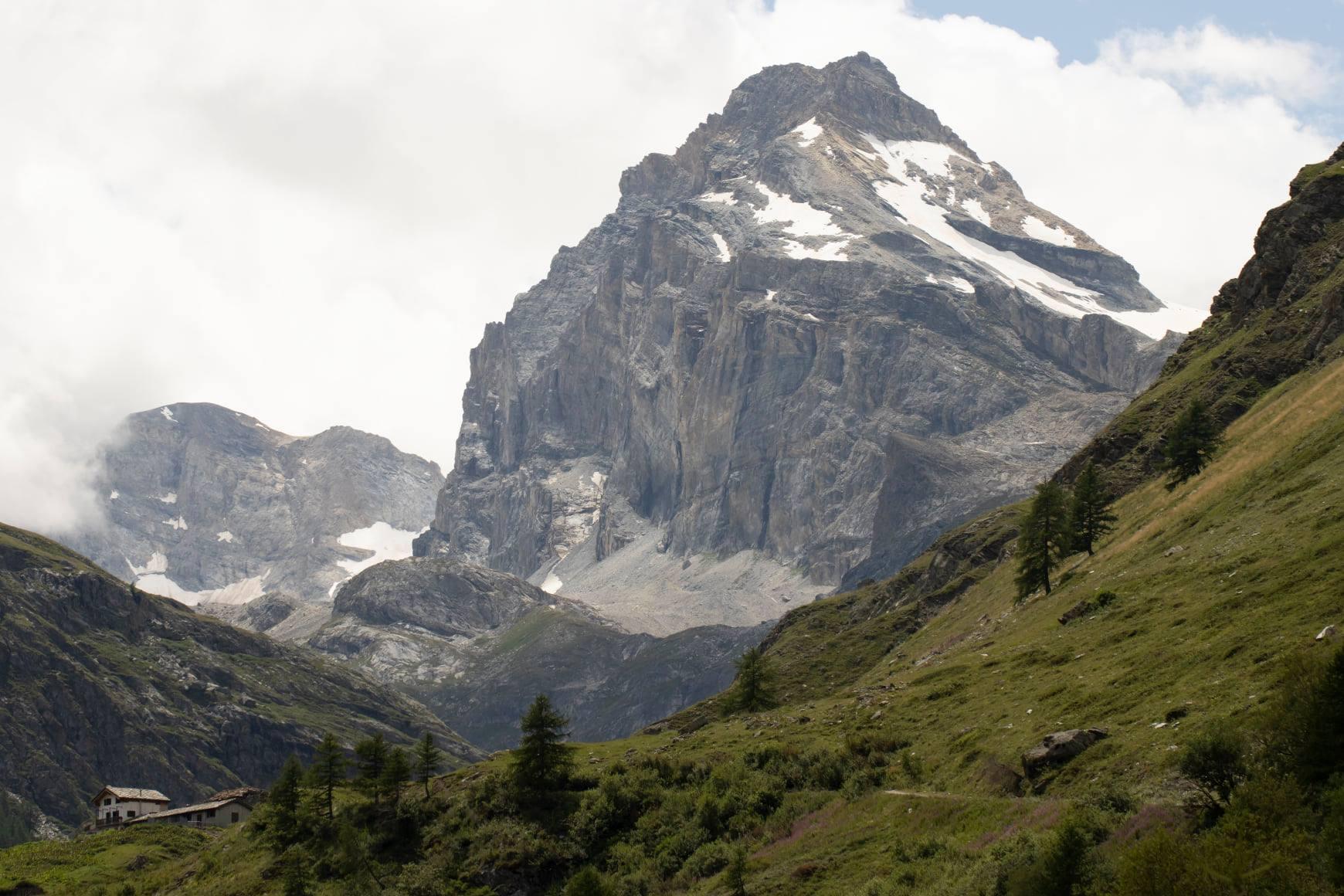 uitzicht op een berg met sneeuw in de Aosta vallei